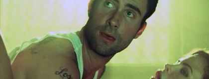 (foto tirada diretamente dos bastidores, quando Adam soube que teria que protagonizar uma cena de sexo com uma mulher)