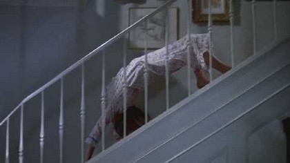 cara, ela vomita, desce a escada que nem uma aranha, dou risada sempre.